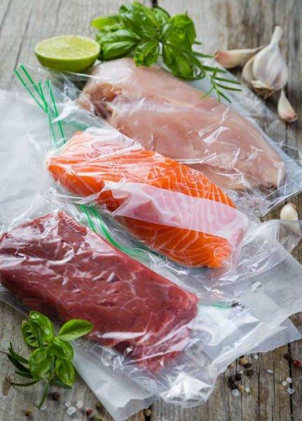 envasar carne y pescado en la envasadora al vacío