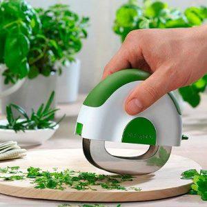 picador hierba y ensalada